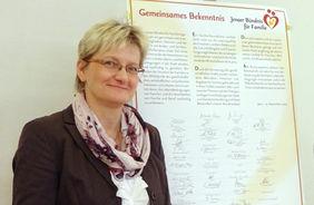 """Dr. Kerstin Wagner signed the re-commitment of """"Jenaer Bündnis für Familie"""" (credit: FLI)."""