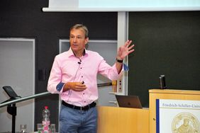 Prof. Dr. Christoph Englert giving a lecture (photo: FLI)