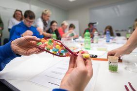 Creating the own DNA from sweets or pearls (photo: FLI/Thomas Müller)
