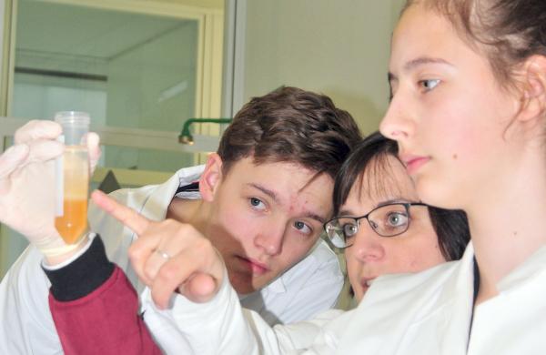 Schüler beim Laborexperiment